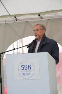 Mikko Hupa håller tal i talarstol.