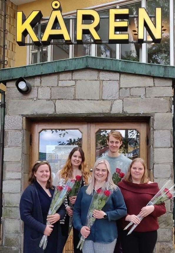 Kåren delar ut rosor till ÅA:s personal