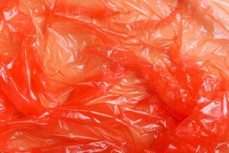 Röd plast.