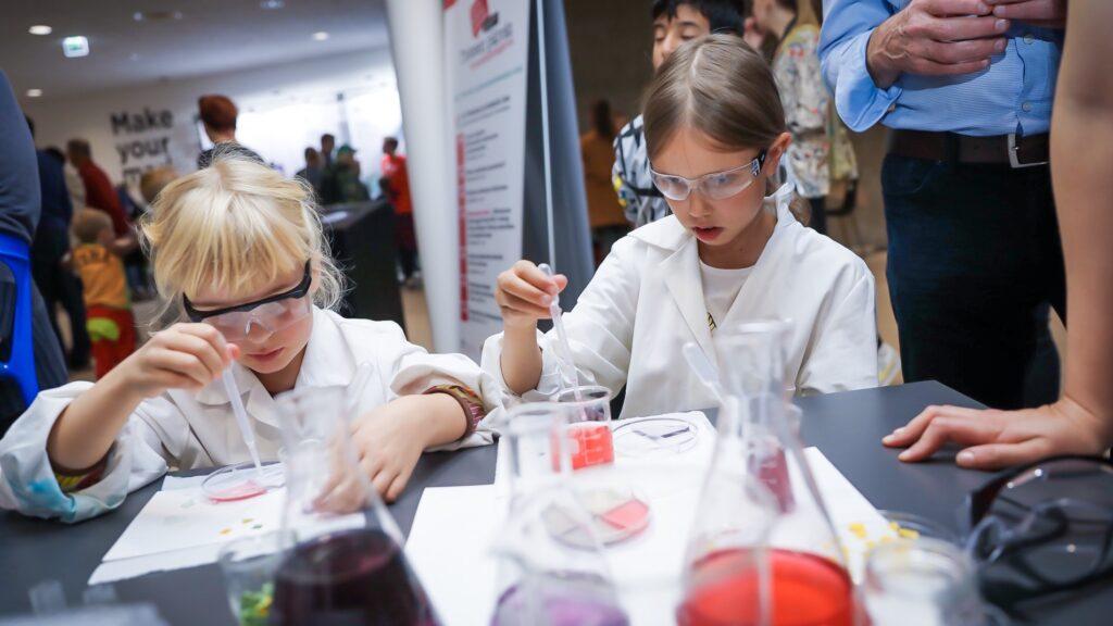 Två barn som testar ett labroatorium.