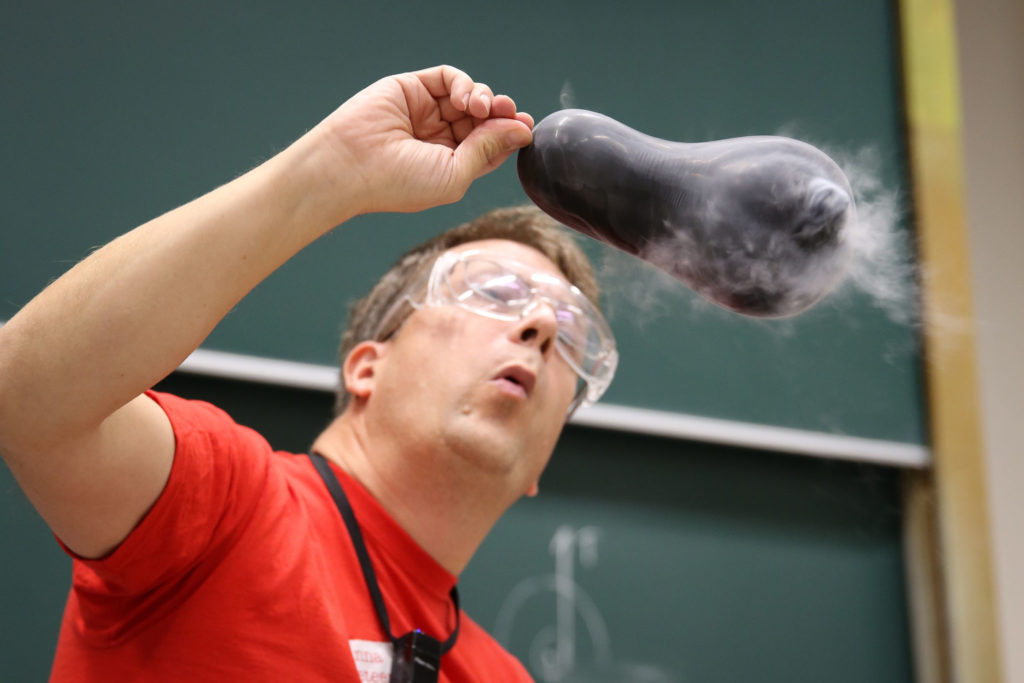 Fysiklektor Johan Lindén blåser på en ångande ballong.