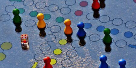 brädspel med färggranna knappar