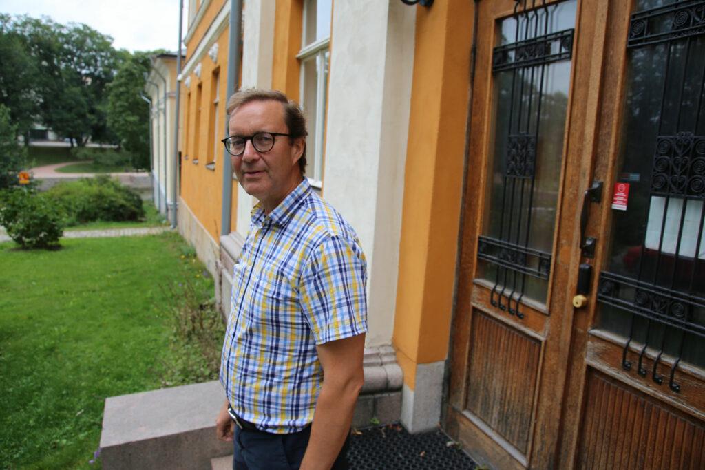 Markku Suksi står på trappan till Domvillan.