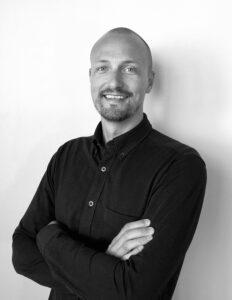 Svartvitt porträttfoto på Niklas Kiviluoto.