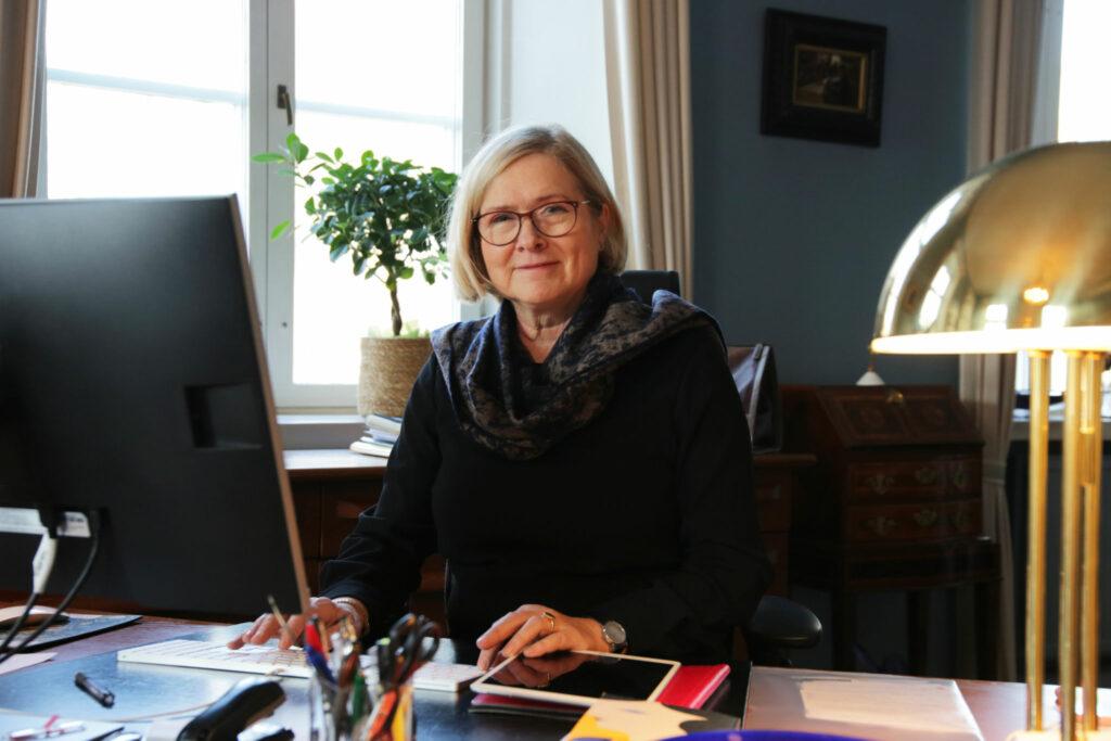 Rektor Moira von Wright sitter vid sitt skrivbord.