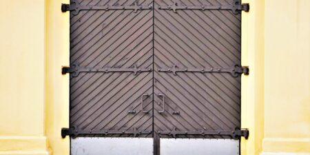 En av portarna vid Kuntsi nära Academill