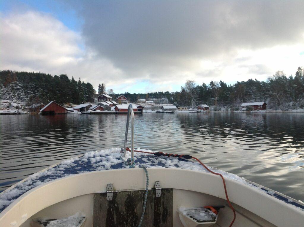 En båt närmar sig en ö