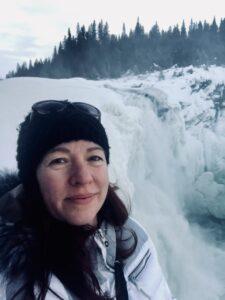 en kvinna i vinterkläder