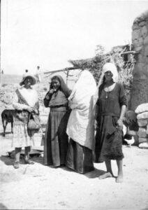 Svartvitt foto på fyra personer framför ett hus i Artas. En av dem är Hilma Granqvist.
