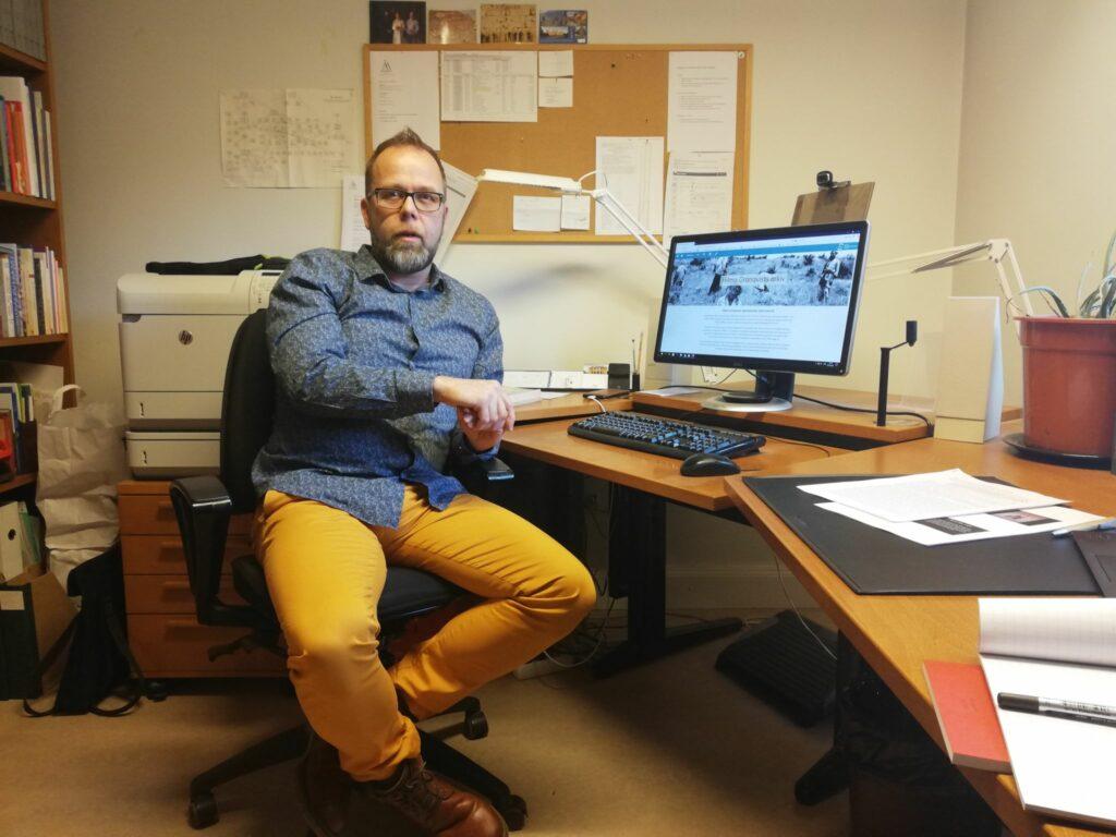 Pekka Lindqvist sitter vid sitt skrivbord.
