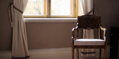 Stol vid fönster.