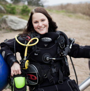 Anna Törnroos-Remes i ydkardräkt på en strand