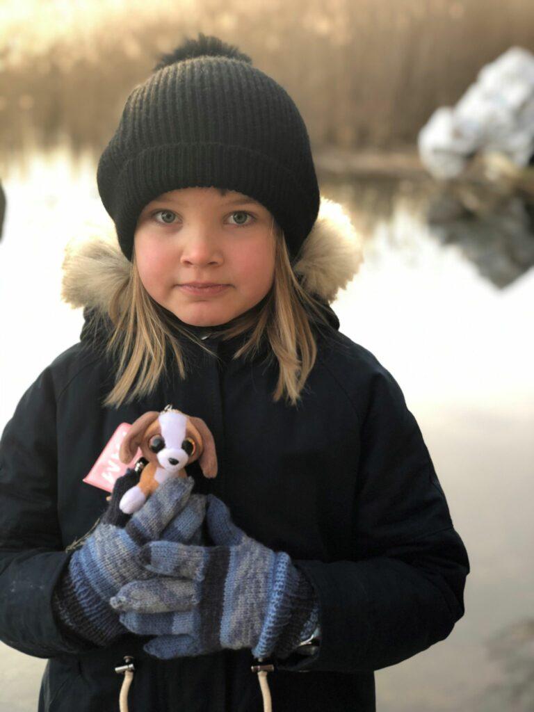 flicka med leksak