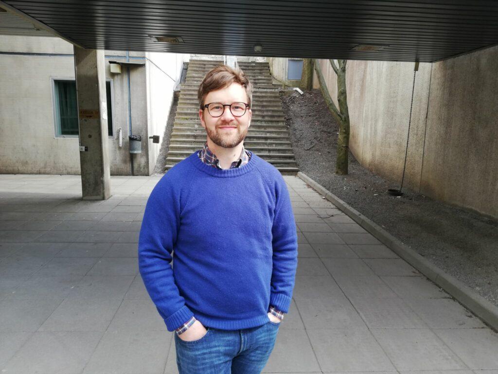 Porträttfoto på Mikael Nyberg utanför Axelia.