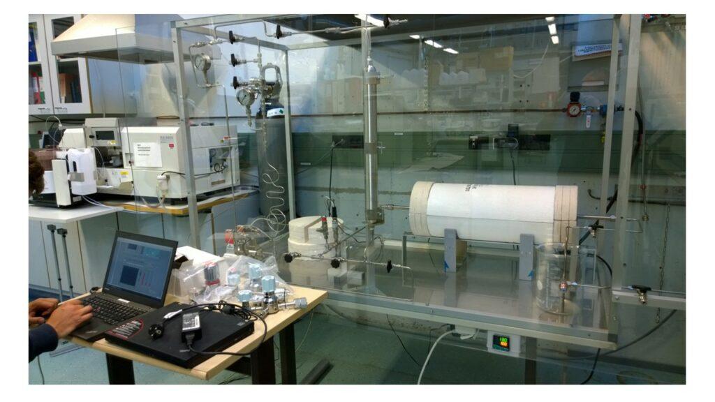 Foto på den färdiga reaktorn, inglasad.