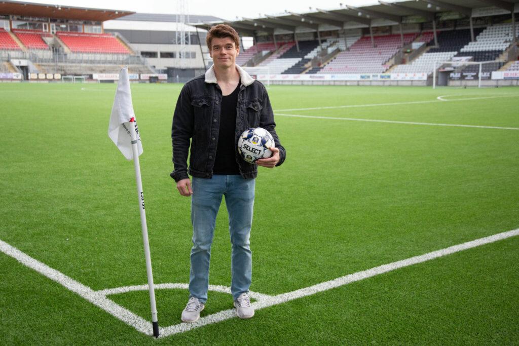 Albin Granlund står vid hörnflaggan på Örebros fotbollsstadion med en fotboll i handen.