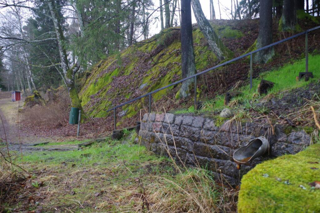 Bläsnäs källa vid en mur nära simstranden i Pargas.