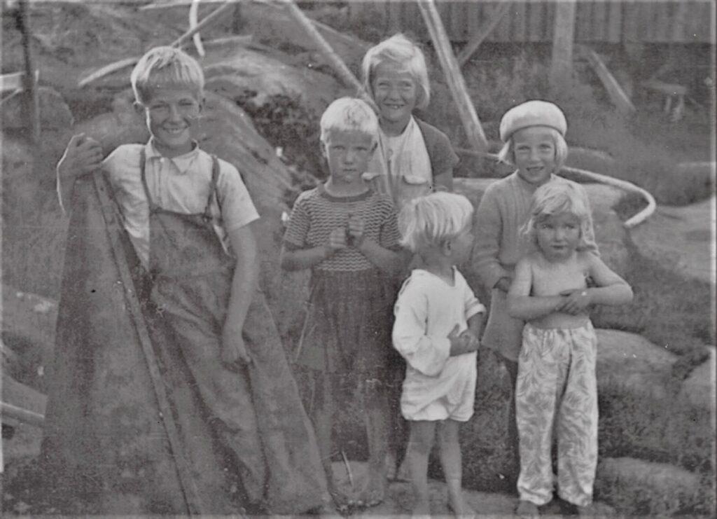 svartvit bild på sex stycken barn
