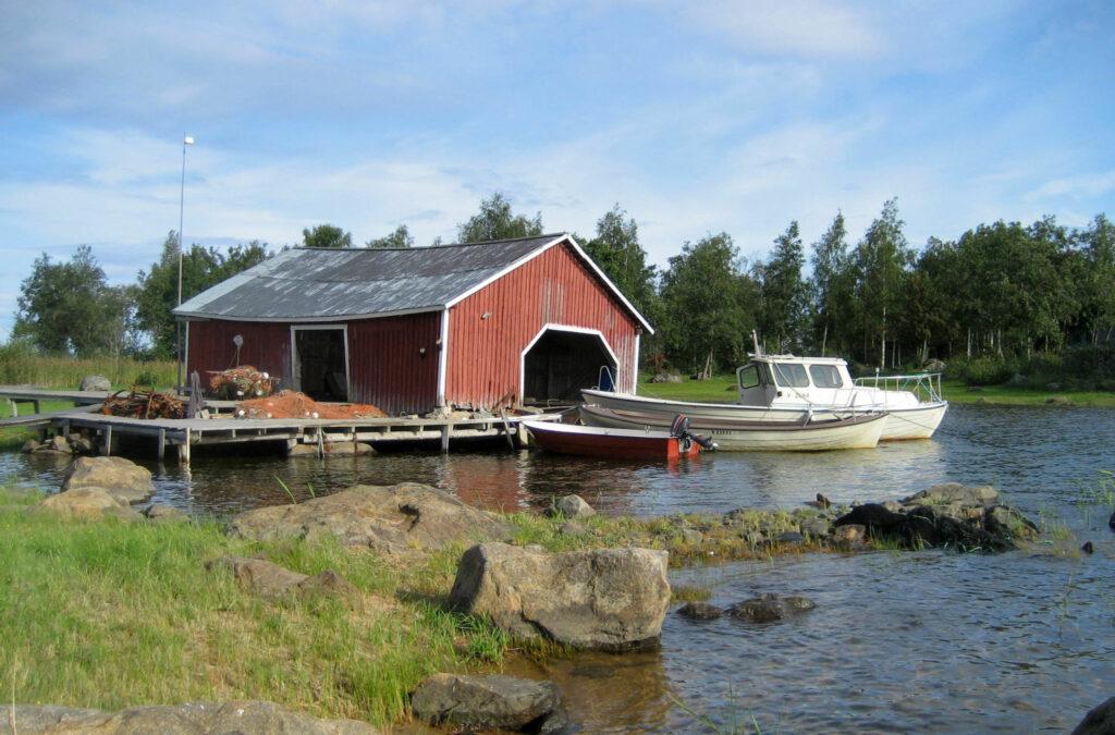Ett båthus och en båt.