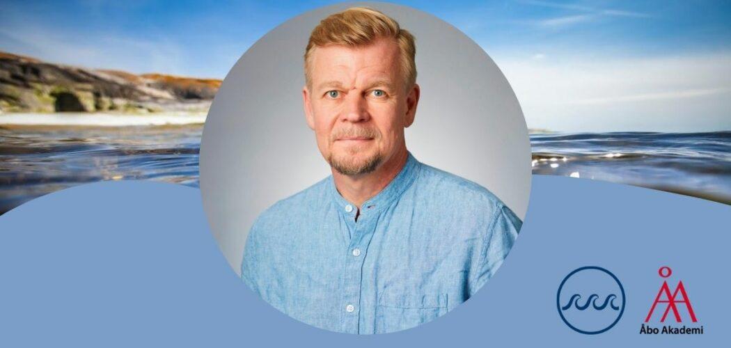 Kent Eriksson mot en bakgrund av en havsbild.