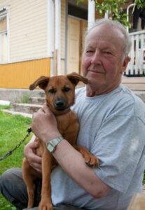 Rolf Boman med en hund i famnen.