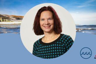 Porträttbild av Ann-Sofie Hermanson mot av havsbakgrund