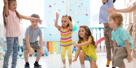 En grupp förskolebarn leker tillsammans.
