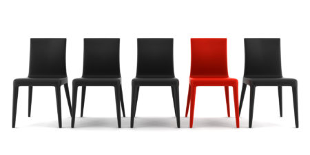 svarta stolar och en röd stol