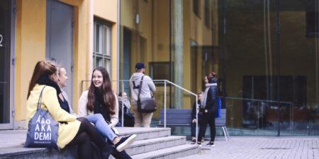 Studerande utanför ASA-huset.