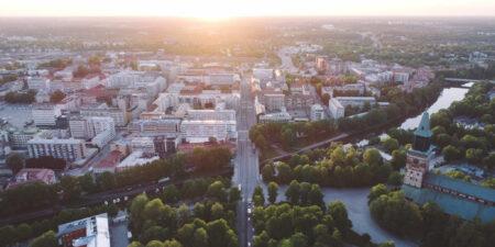 Flygbild på Åbo centrum och domkyrkan.