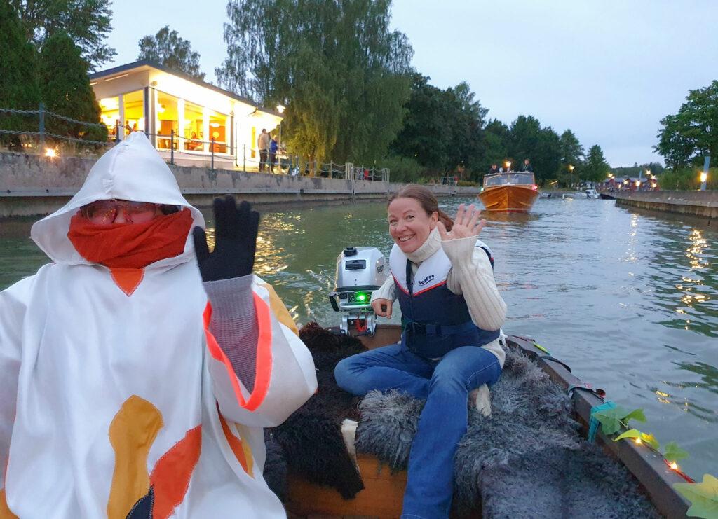två kvinnor i en träbåt.