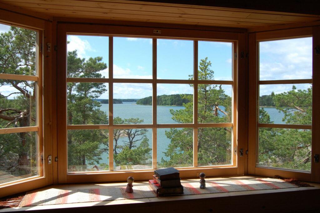 Ett panoramafönster med utsikt över havet.