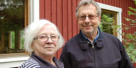 Paret Kronehag utanför sitt hus.