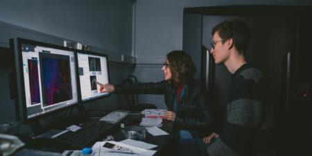 Två cellbiologer jobbar vid datorn