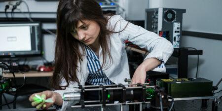 En kvinnlig forskare jobbar i laboratoriet