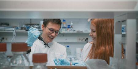 Två personer jobbar i cellbiologi laboratorium