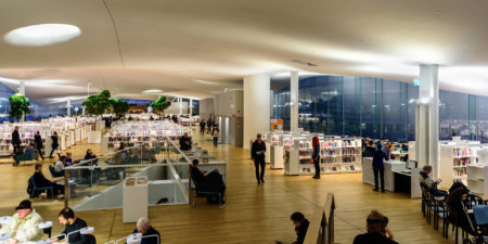 Interiör från centrumbiblioteket Ode i Helsingfors.