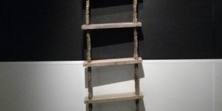 En repstege hänger på en vägg.