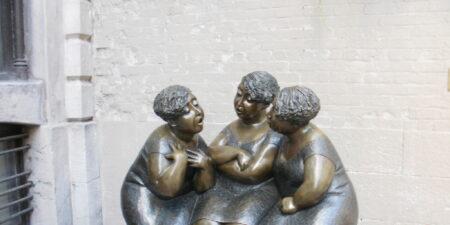 En bronsstaty med tre kvinnor.