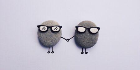 Två ritade pinngubbar håller handen.