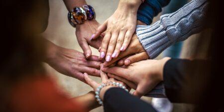 Händer som möts i en cirkel.