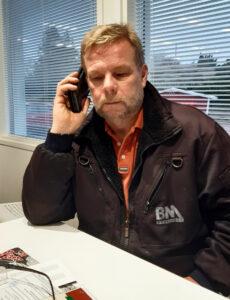 Rainer Eriksson talar i telefonen.