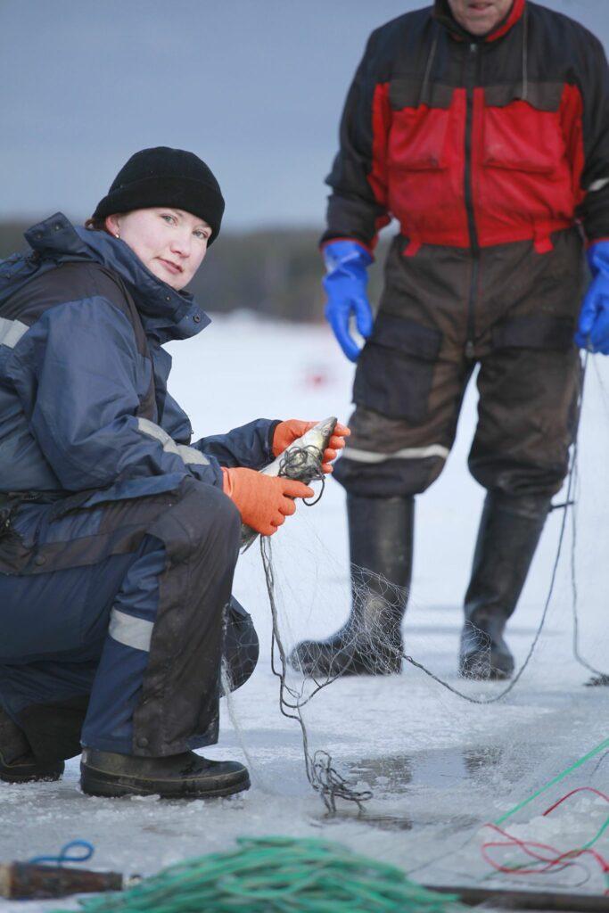 TAnja Åkerfelt tar upp nät på isen.