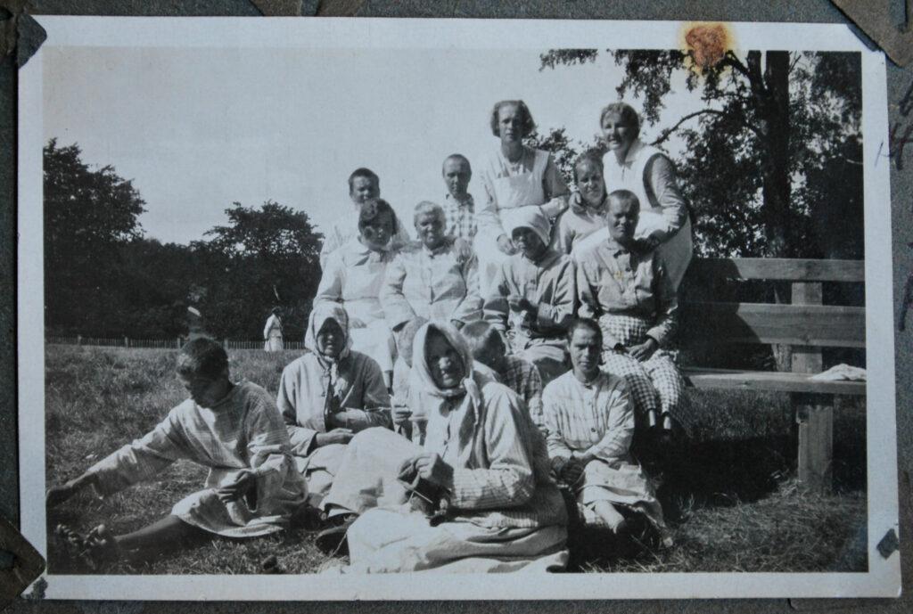 En svartvit gruppbild.