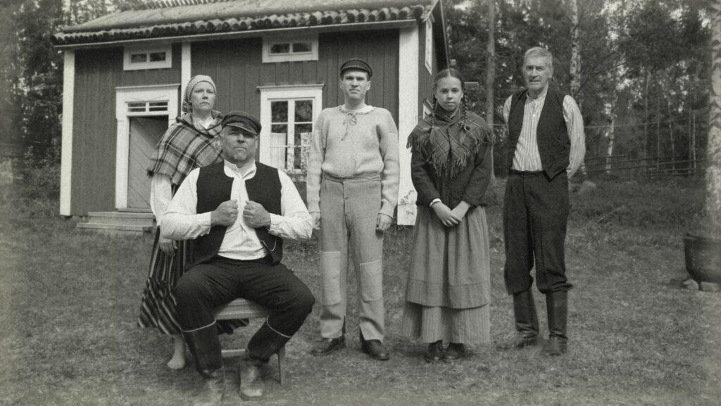 En svartvit bild på den fiktiva familjen Sjöberg.