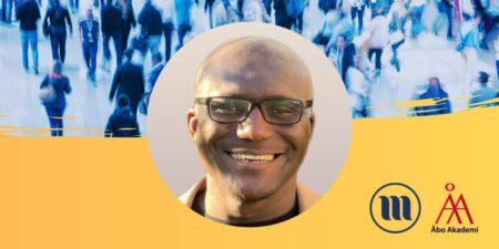 Rund porträttbild på Emmanuel Acquah. I bakgrunden uppe en folkmassa med suddiga människor. I bakgrunden nere gult och Minoritetsforskningens logo och ÅAs logo.
