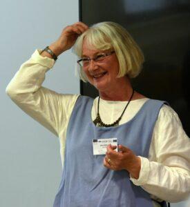 En glad Nina Söderlund skrapar sig i huvudet.