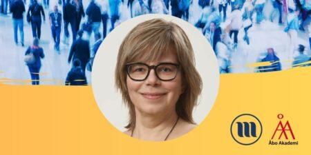 Rund porträttbild på Ann-Catirn Östman. I bakgrunden uppe en folkmassa med suddiga människor. I bakgrunden nere gult och Minoritetsforskningens logo och ÅAs logo.