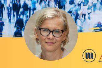 Rund porträttbild på Pamela Slotte. I bakgrunden uppe en folkmassa med suddiga människor. I bakgrunden nere gult och Minoritetsforskningens logo och ÅAs logo.