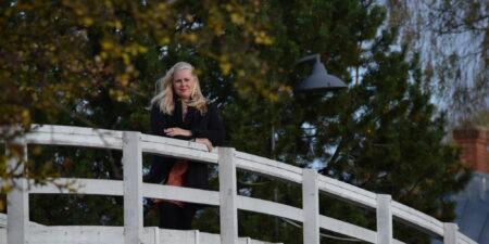 Jane Wingren står på en bro.